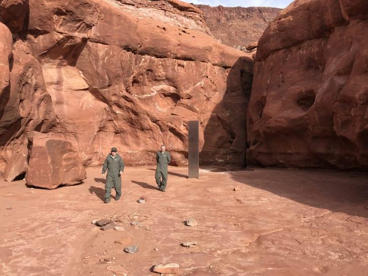 ¡Como en '2001: A Space Odyssey'! Encuentran un extraño monolito de metal en el desierto de Utah