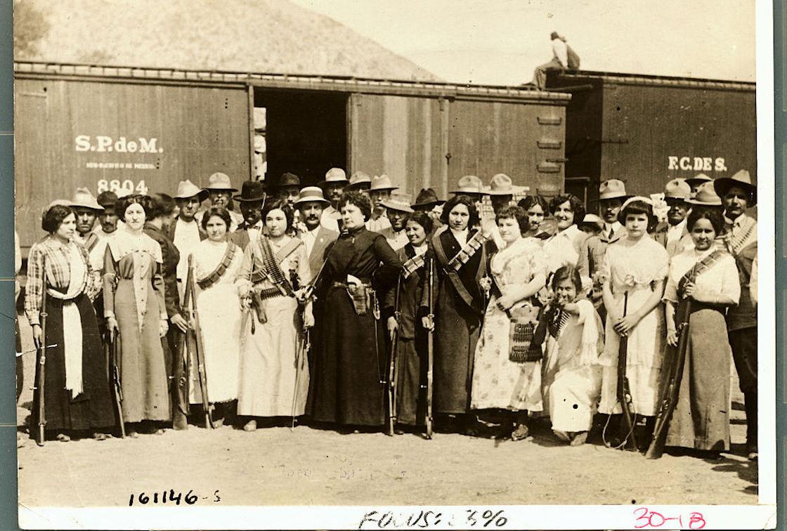 mujeres-revolucion-mexicana-soldados