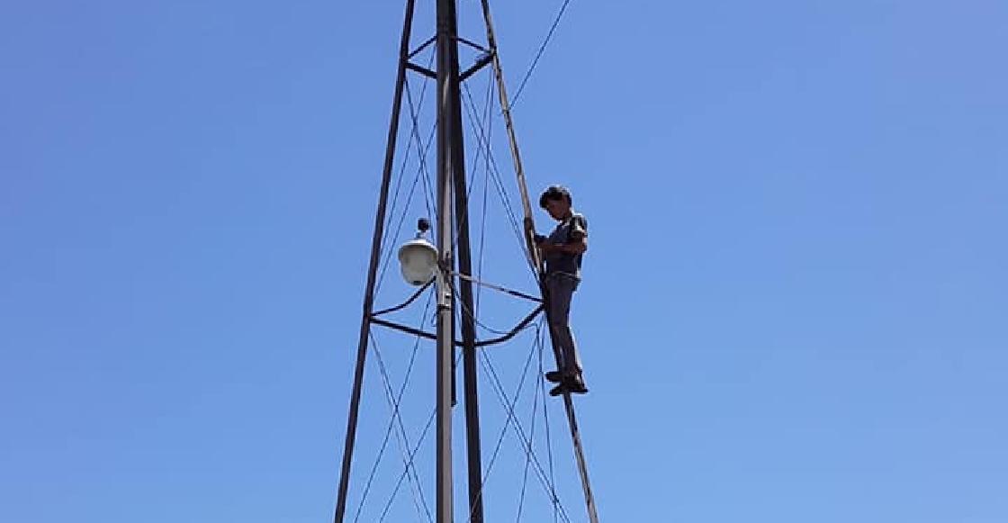 Niño de 13 años sube todos los días a un molino para tener internet y cumplir con sus tareas