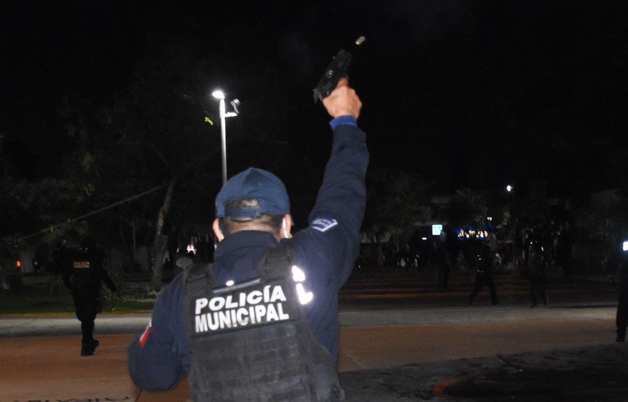 CANCÚN, QUINTANA ROO, 09NOVIEMBRE2020.- Mujeres protestaron por el feminicidio de Vianca Alejandría, las inconformes realizaron pintas en el edificio del gobierno local pero fueron agredidas por policías que salieron del lugar haciendo disparos al aire, se habla de una persona herida, varias de las manifestantes fueron detenidas.