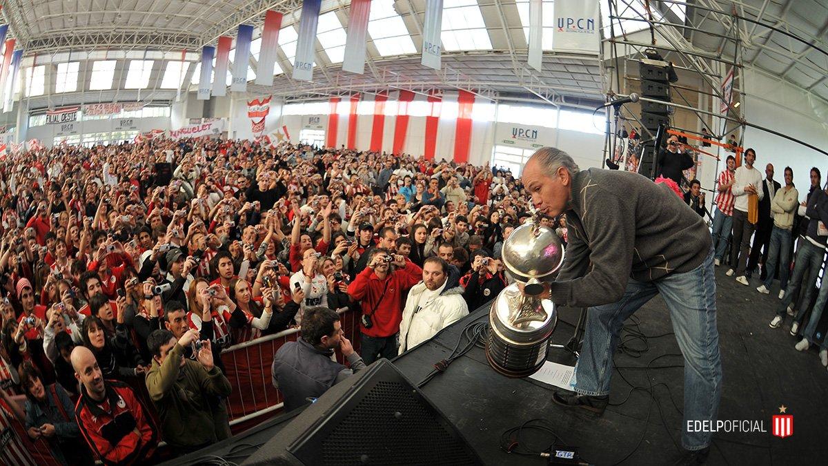 Alejandro Sabella posa con la Copa Libertadoras