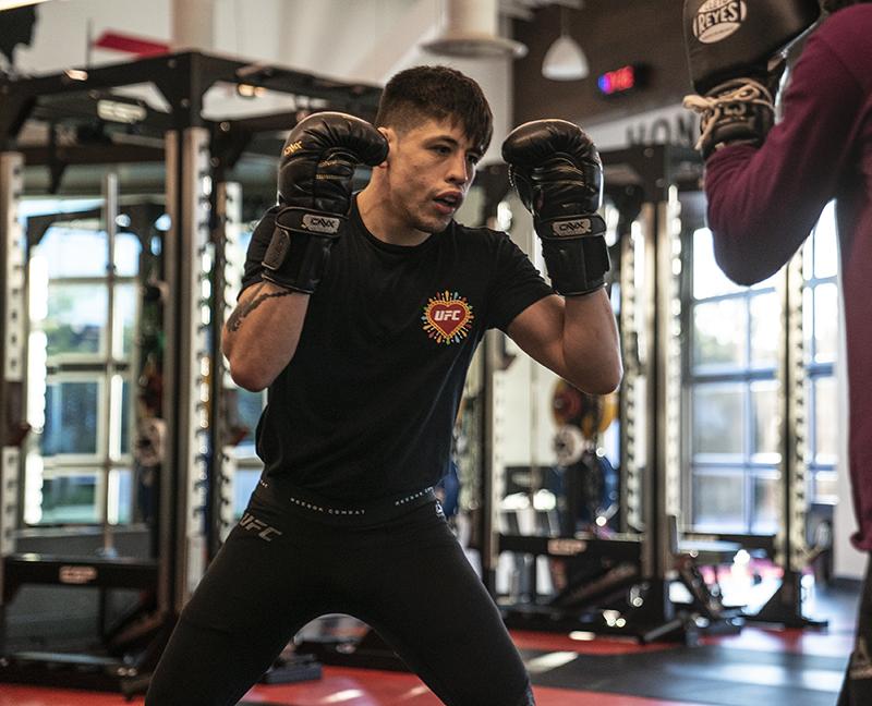 Brandon Moreno se prepara para enfrentar al campeón de las 125 libras de UFC