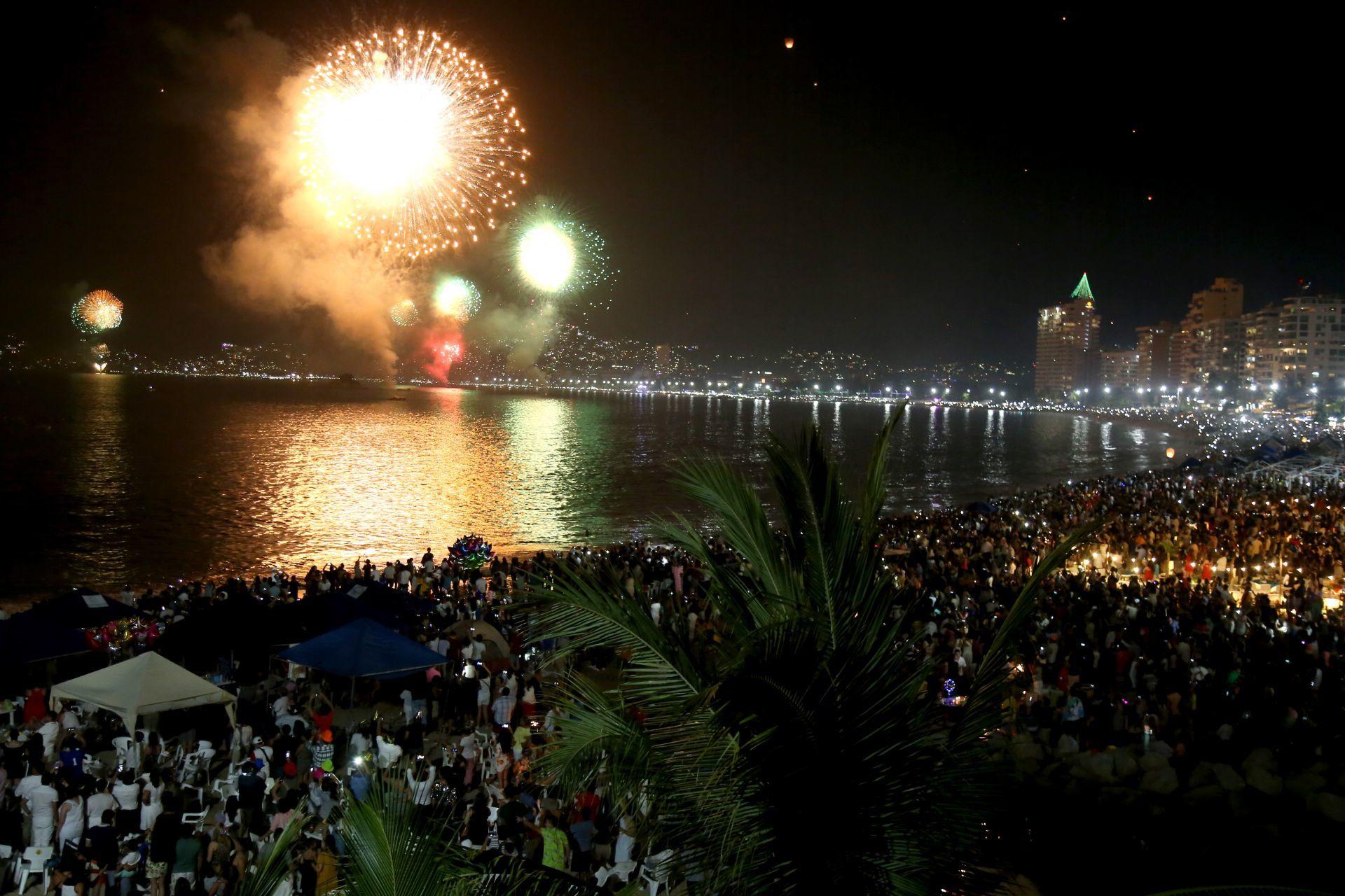 ACAPULCO, GUERRERO, 01ENERO2019.- Miles de personas llenaron las playas del puerto de Acapulco, para observar la gala pirotécnica de año nuevo. FOTO: CARLOS ALBERTO CARBAJAL /CUARTOSCURO.COM