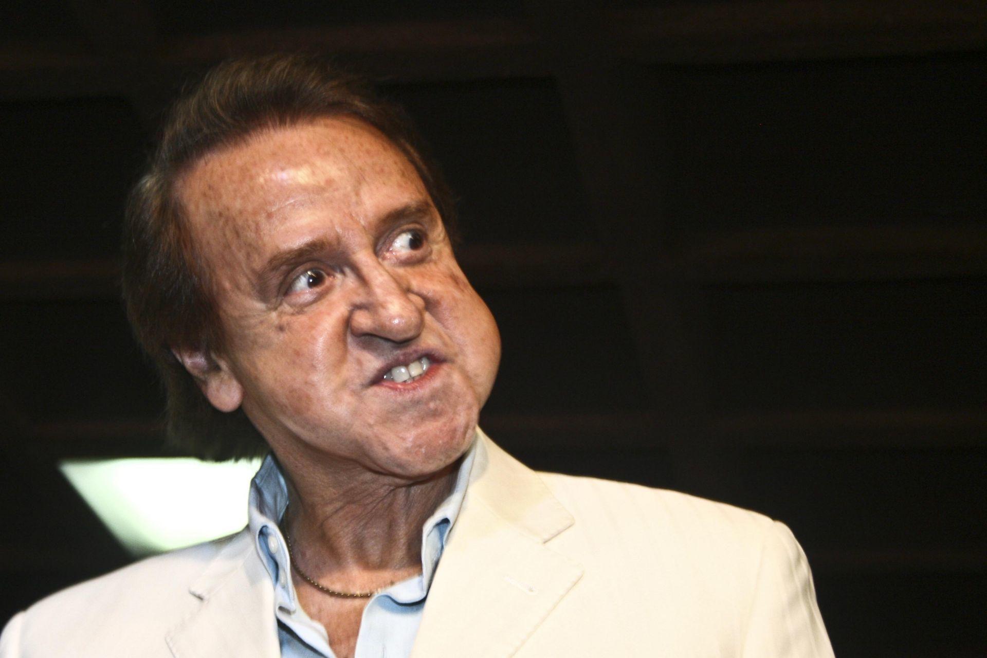 MEXICO, D.,F18 JULIO2008.- Carlos Villagran, mejor conocido por su papael de Kiko en el programa del chavo del 8, plasmo sus huellas esta tarde en plaza galerias.