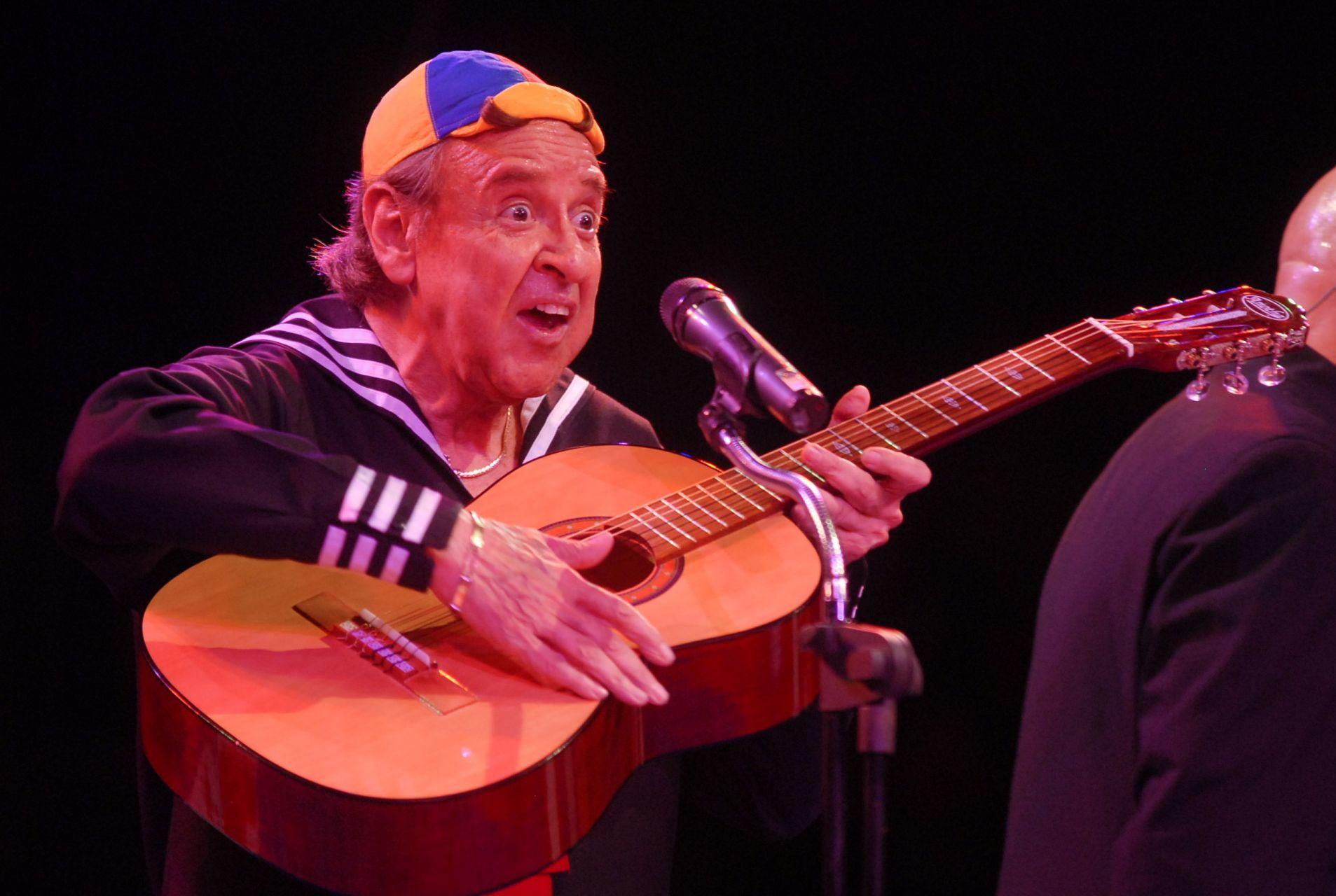 """MÉXICO D.F. 04JULIO2008.- Carlos Villagran mejor conocido como """"Kiko"""" de la conocida serie de televisión """"El Chavo del 8"""" se presentó esta noche en el circo """"Unión"""" mismo que ahora se llama el circo de """"Kiko""""."""