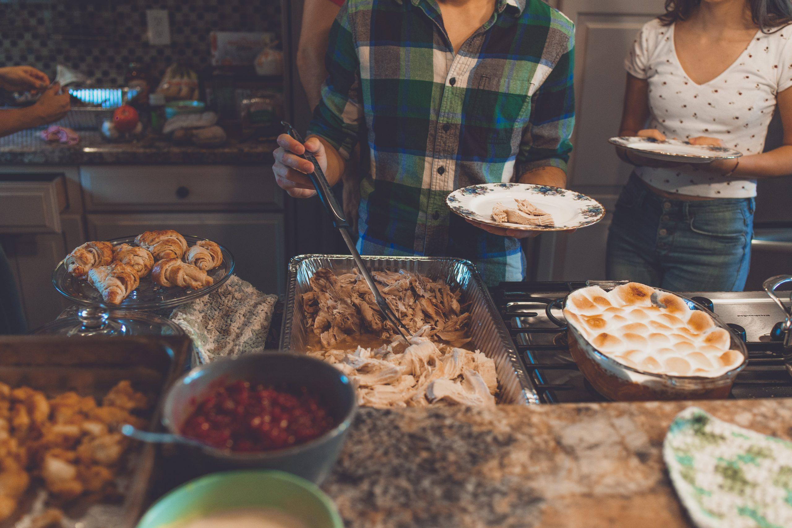 ¿Listos para la cena navideña? Esto te tomaría contagiarte de COVID-19 en una reunión