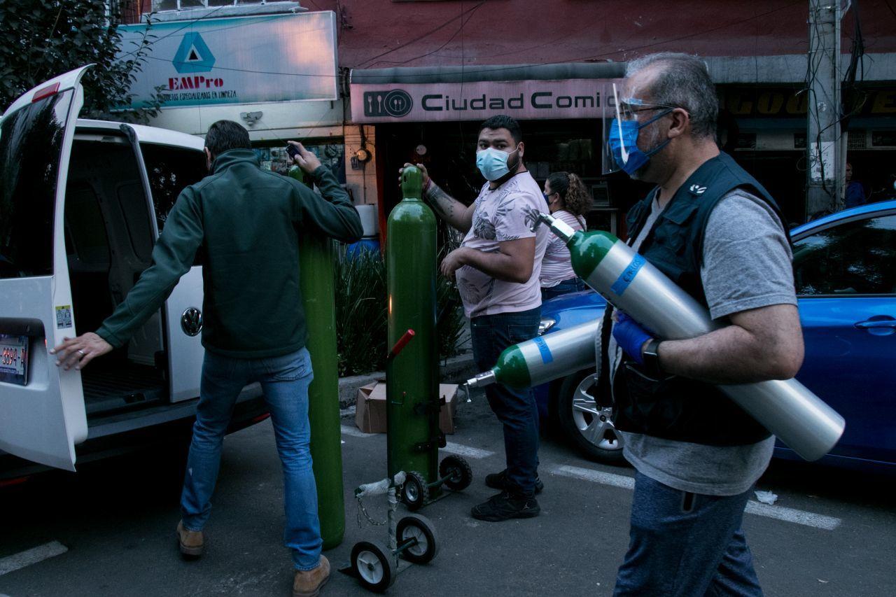 Un hombre murió por presunto COVID-19 mientras esperaba su turno para comprar oxígeno