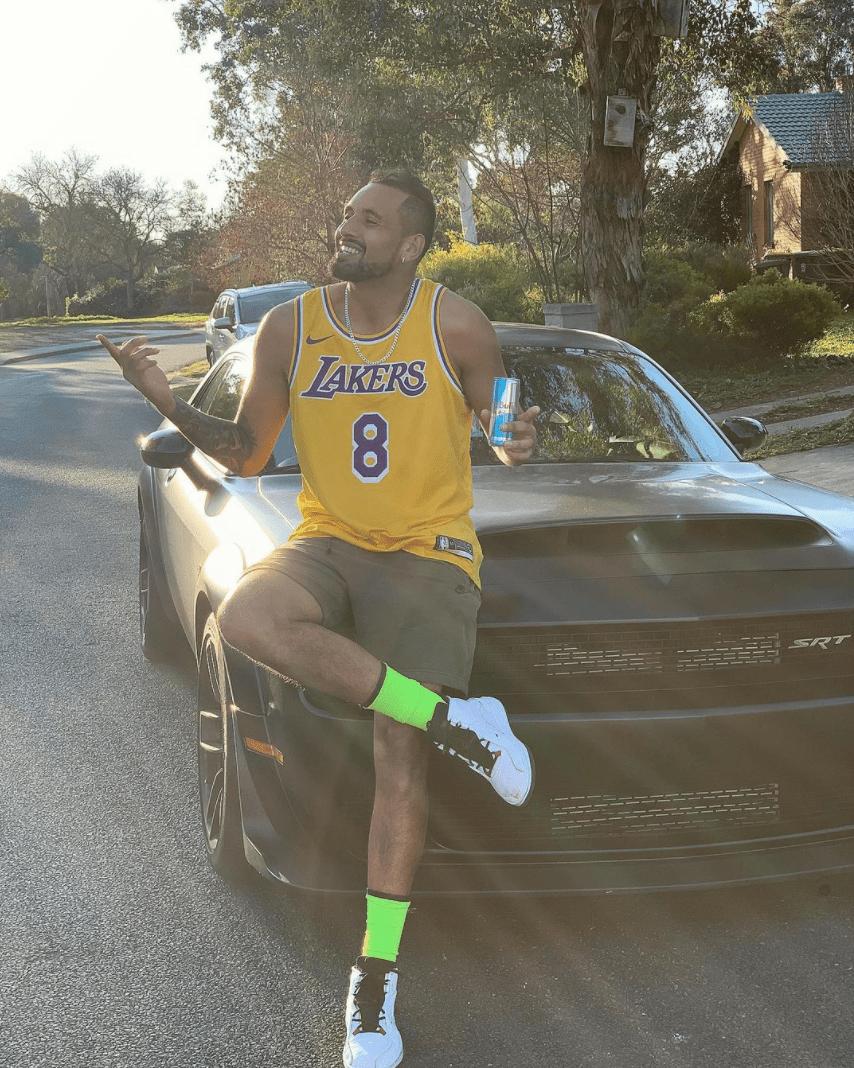 Nick Kyrgios con jersey de la NBA