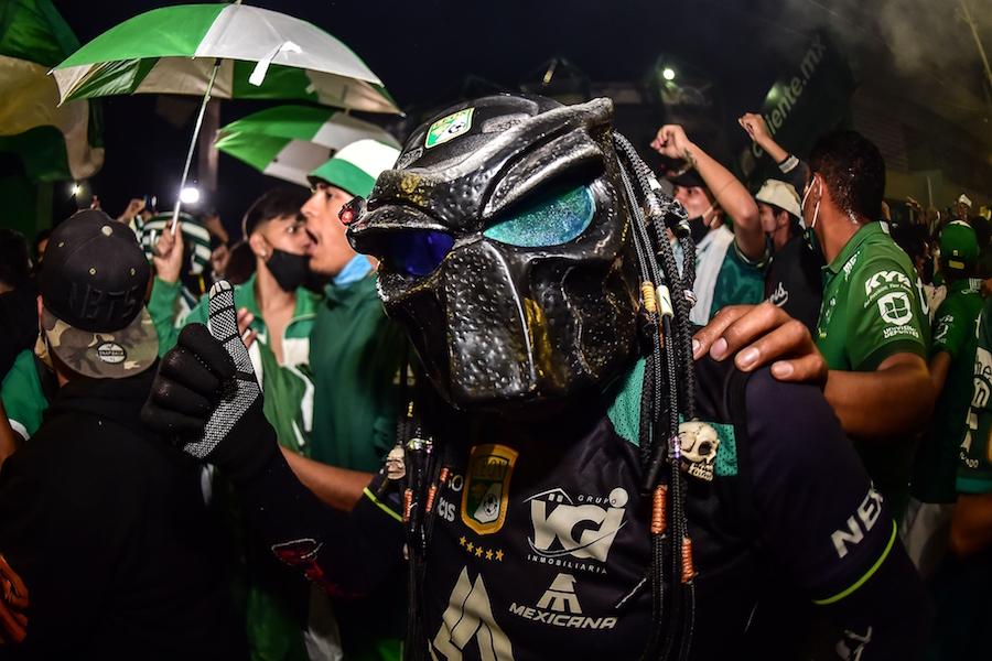 Casi 12 mil casos nuevos en México, pero decenas de aficionados de León se aglomeran a las afueras del Estadio