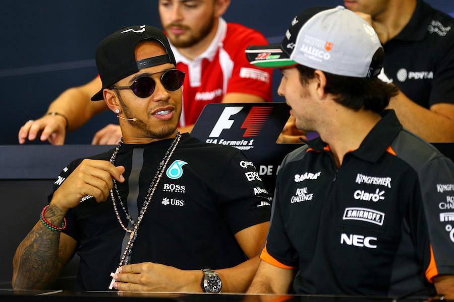 Pedrada de Lewis Hamilton a Alex Albon y elogios para Checo Pérez