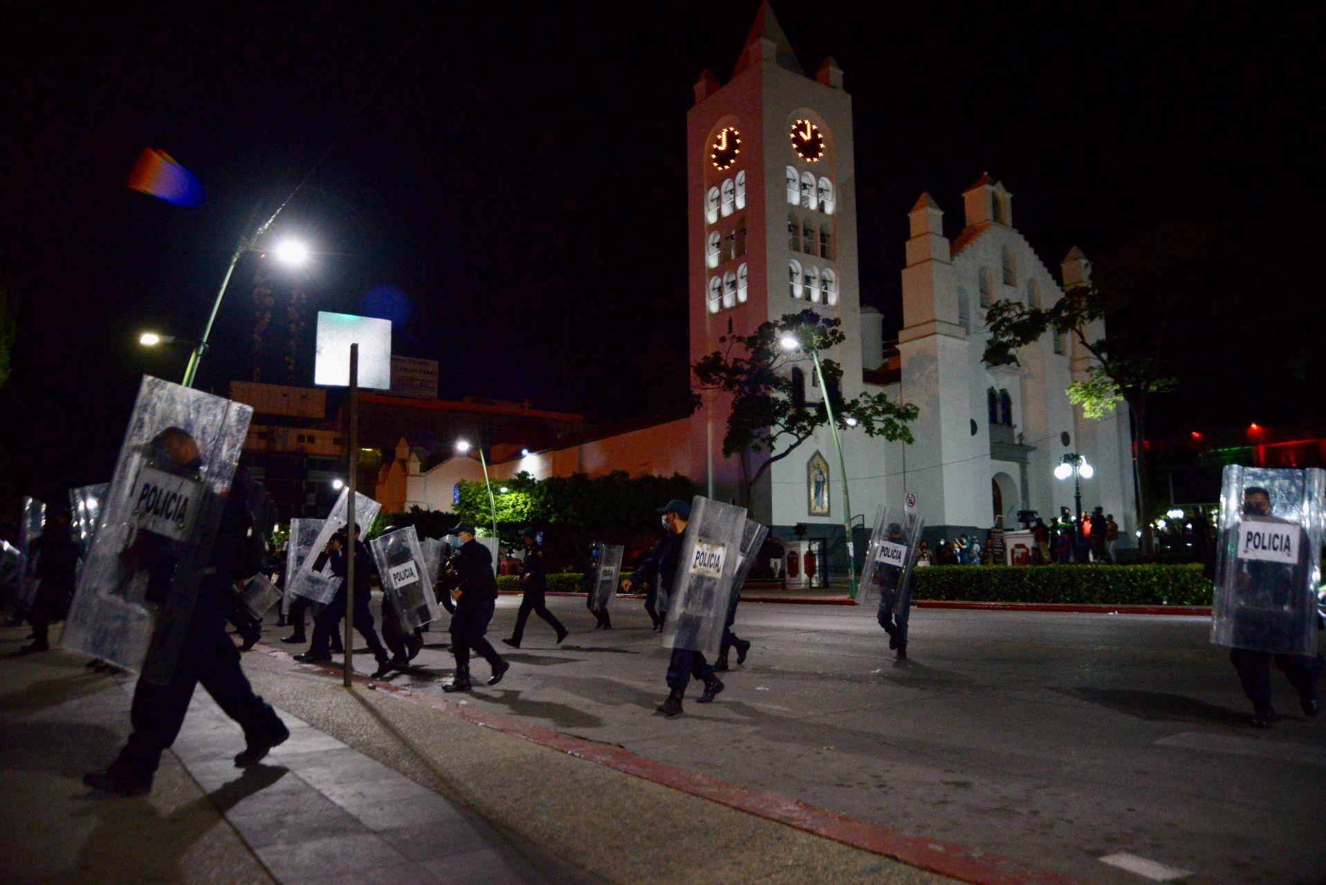 Policías desalojan a normalistas que tomaron el Palacio de Gobierno en Chiapas