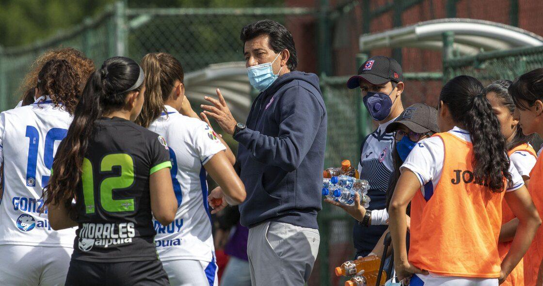 ¿Quién es Roberto Pérez Loarca, el DT que levantó a Cruz Azul Femenil?