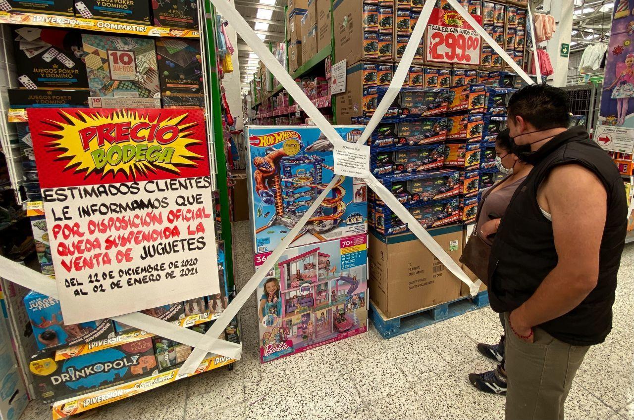 CIUDAD DE MÉXICO, 22DICIEMBRE2020.- Tiendas de autoservicio de la ciudad restringieron la venta de juguetes y ropa a partir de este día y hasta el 02 de enero del 2021, esto con el objetivo de evitar aglomeraciones en sus tiendas y evitar contagios por COVID-19, así mismo se busca apoyar las restricciones de movilidad emitidas por las autoridades.