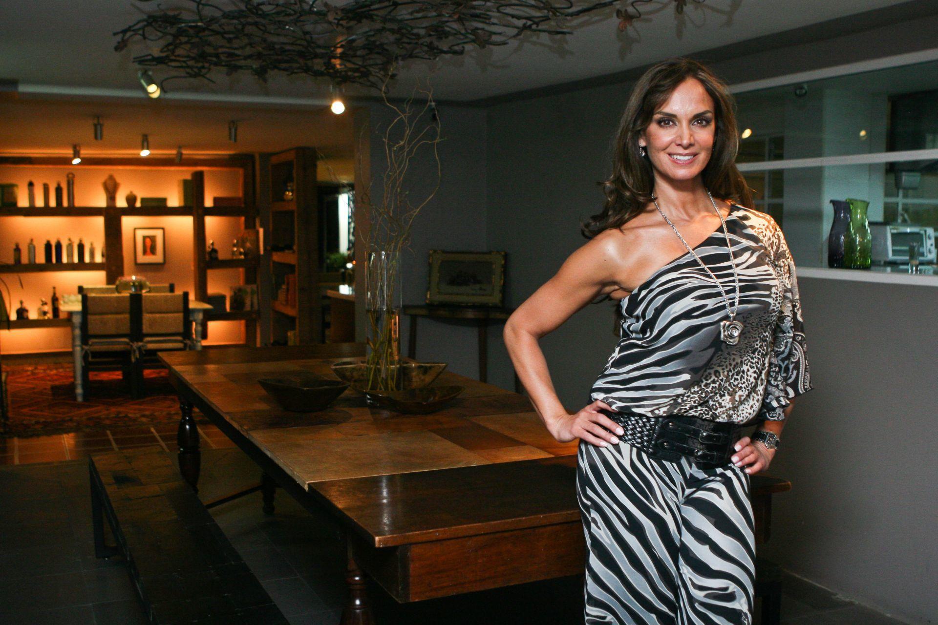 MÉXICO, D.F., 24MARZO2011.- Lupita Jones, ex miss Mundo y directora de Nuestra Belleza México, cortó el liston inaugural del estudio Bikram Yoga, en Polanco.