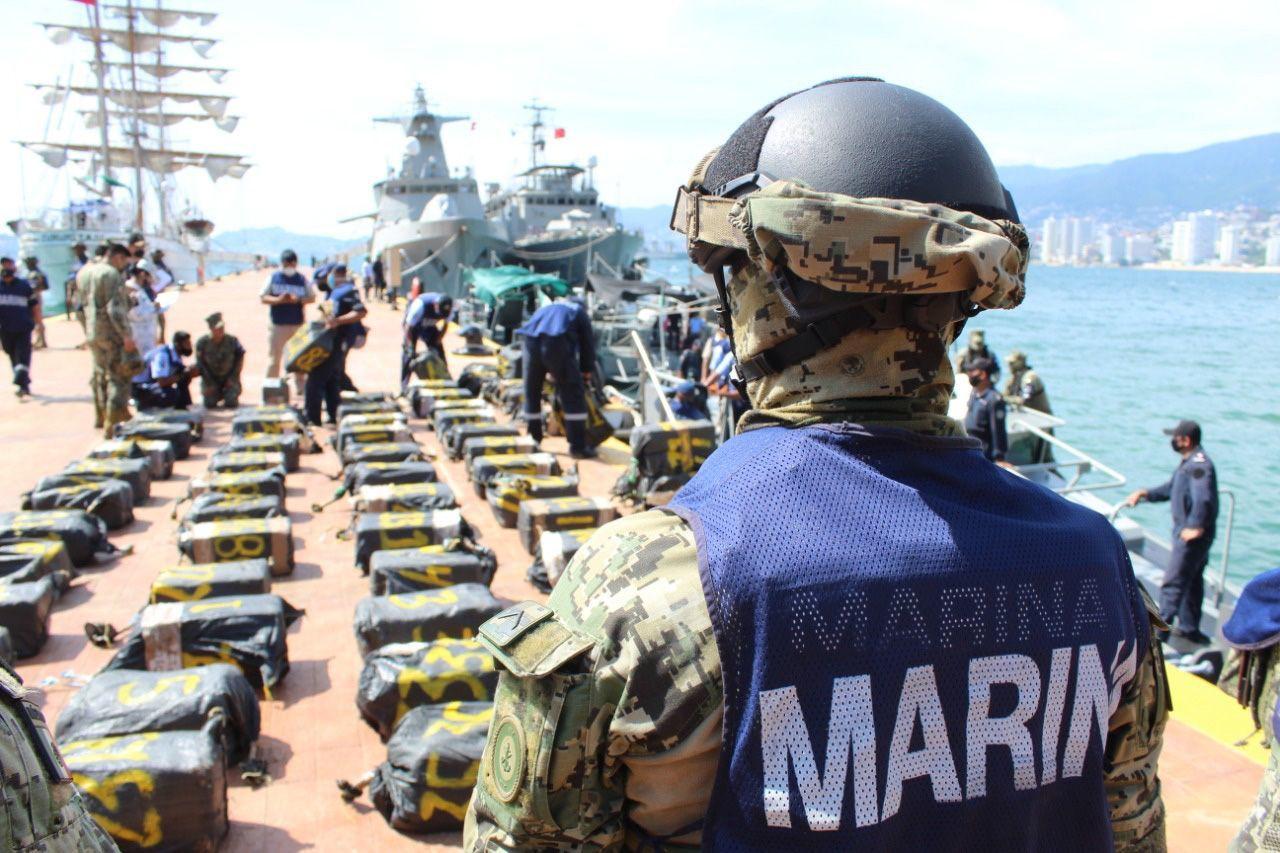 ACAPULCO, GUERRERO, 15OCTIBRE2020.- Elementos de la Secretaría de Marina-Armada de México adscritos a la Octava Región Naval aseguraron el pasado 12 de octubre, 95 bultos con presunto cargamento ilícito en altamar, a 325 millas náuticas (601 kilómetros aproximadamente) al sursureste de este puerto. La localización y recuperación de la carga asegurada, la cual consta de 95 bultos en cuyo contenido se encontraban diversos paquetes con polvo blanco de características similares a la cocaína, se llevó a cabo con el apoyo de diversas unidades aeronavales de ala móvil (helicópteros) y de ala fija (aviones) de alerta temprana, así como unidades de superficie dotados con personal de Infantería de Marina; misma que fue concentrada y trasladada a este puerto por un buque de la Armada de México.