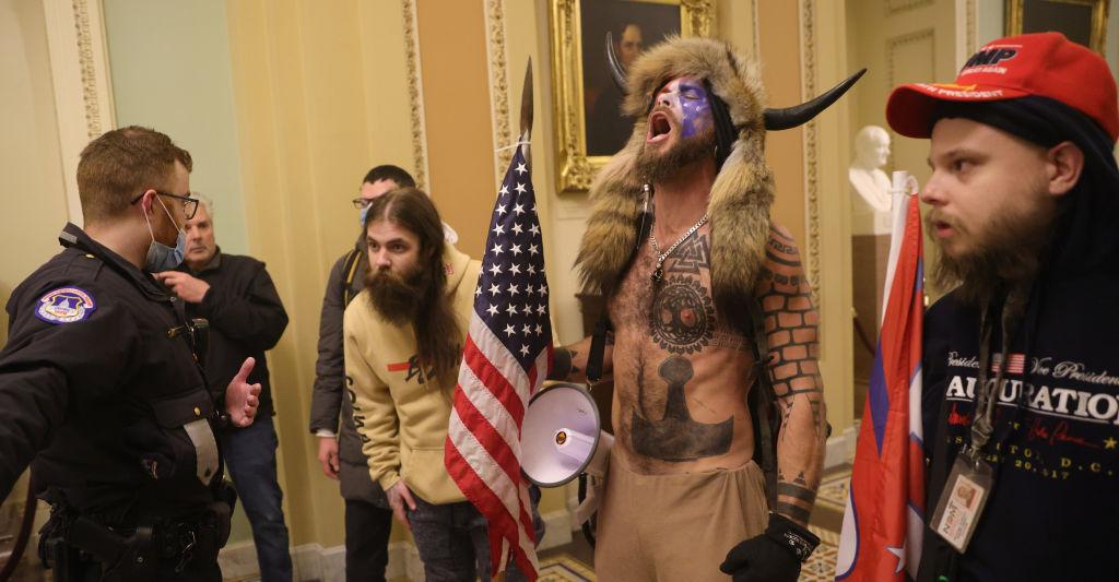 Arrestan a Jake Angeli, el hombre que entró disfrazado de búfalo al Capitolio