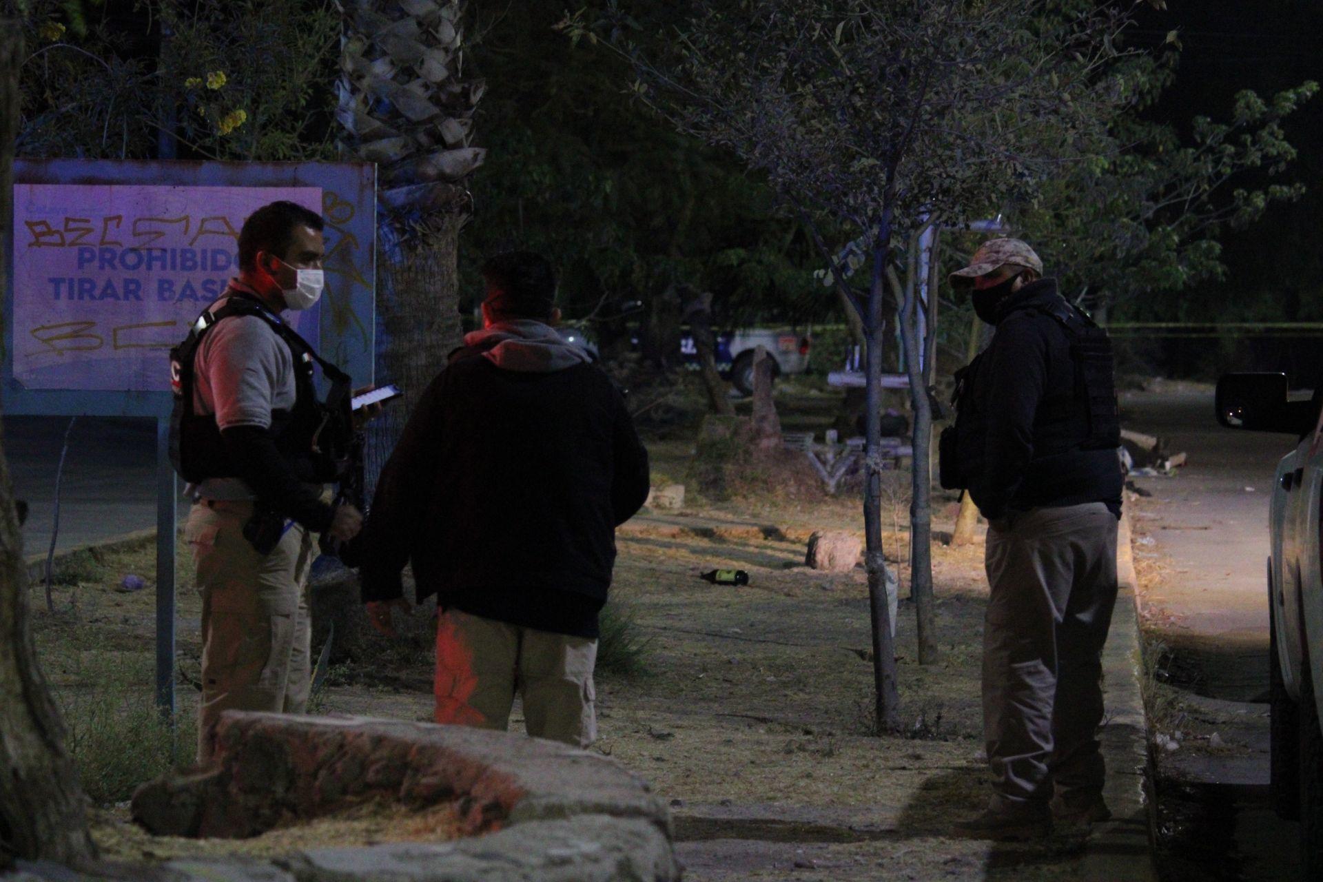 CELAYA, GUANAJUATO, 07ENERO2021.- Nueve hombres  fueron asesinados a balazos en un velorio de la colonia Arboledas de San Rafael. Los hechos ocurrieron a las 9 de la noche en un domicilio de la calle Chapultepec. Las víctimas velaban un cuerpo cuando hombres armados ingresaron y dispararon con armas largas a los asistentes. Algunos intentaron escapar pero fueron alcanzados por las balas. Cuatro quedaron en la vía pública y cinco al interior de la vivienda.