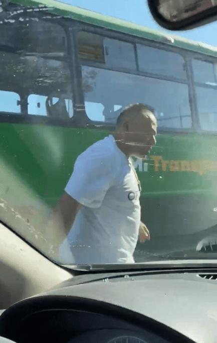 Chofer de autobús ataca a un automovilista que le pidió no tirar basura