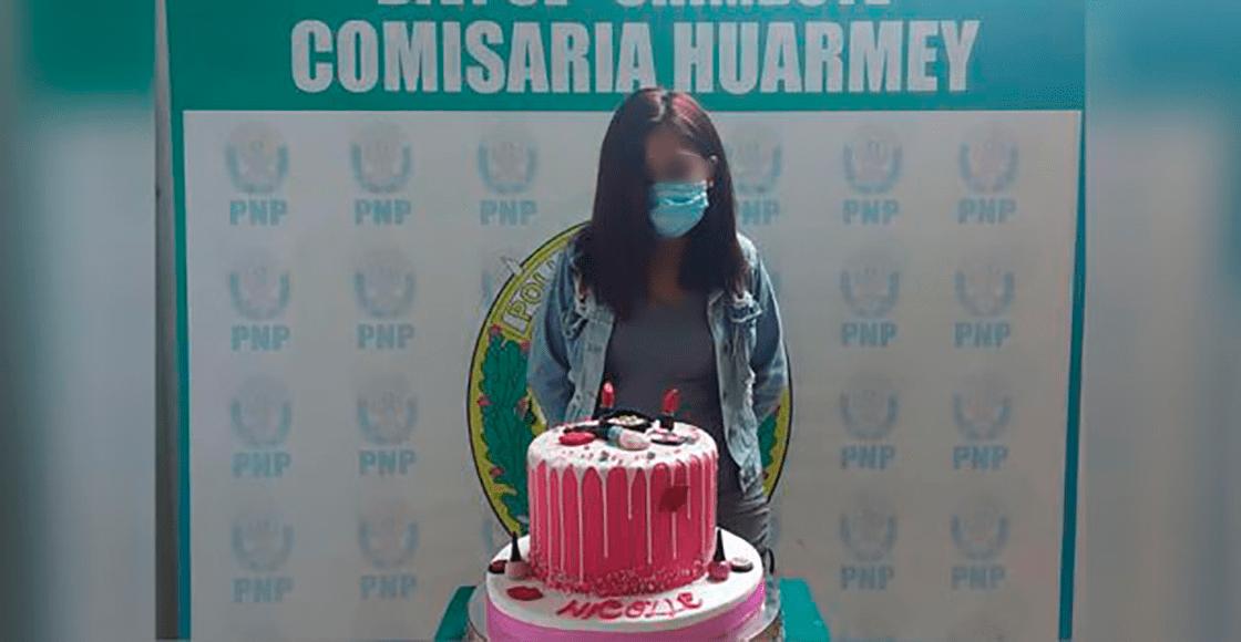 Detienen a joven por festejar su cumpleaños y la obligan a posar con su pastel