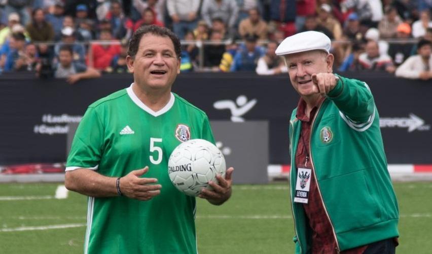 """CIUDAD DE MÉXICO, 09JULIO2017.- Jugadores de México y Alemania que conformaron las selecciones de futbol de 1986 y 1998 respectivamente, disputaron el Partido """"Las Revanchas"""" celebrado en la plancha del Zócalo Capitalino. El partido estuvo comprendido por dos partidos, en donde el equipo teutón se llevó la victoria en el primero con un marcador de 3-1, y el equipo azteca triunfó en el segundo con un marcador a favor de 2-0, declarándose así, un empate en todo el partido."""