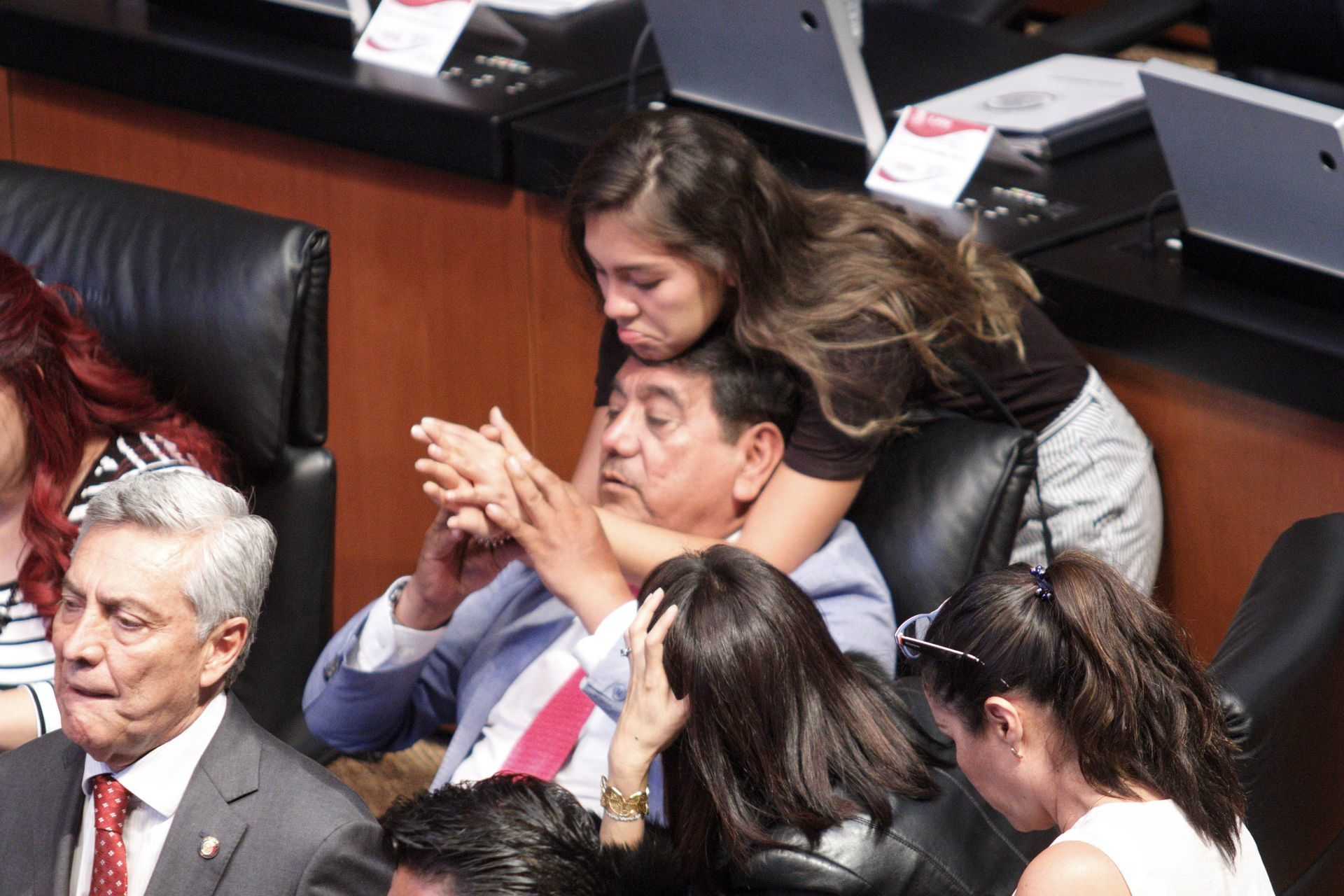 CIUDAD DE MÉXICO, 23ABRIL2019.- El senador Félix Salgado Macedonio y su hija, durante la sesión ordinaria en el Senado de la República.