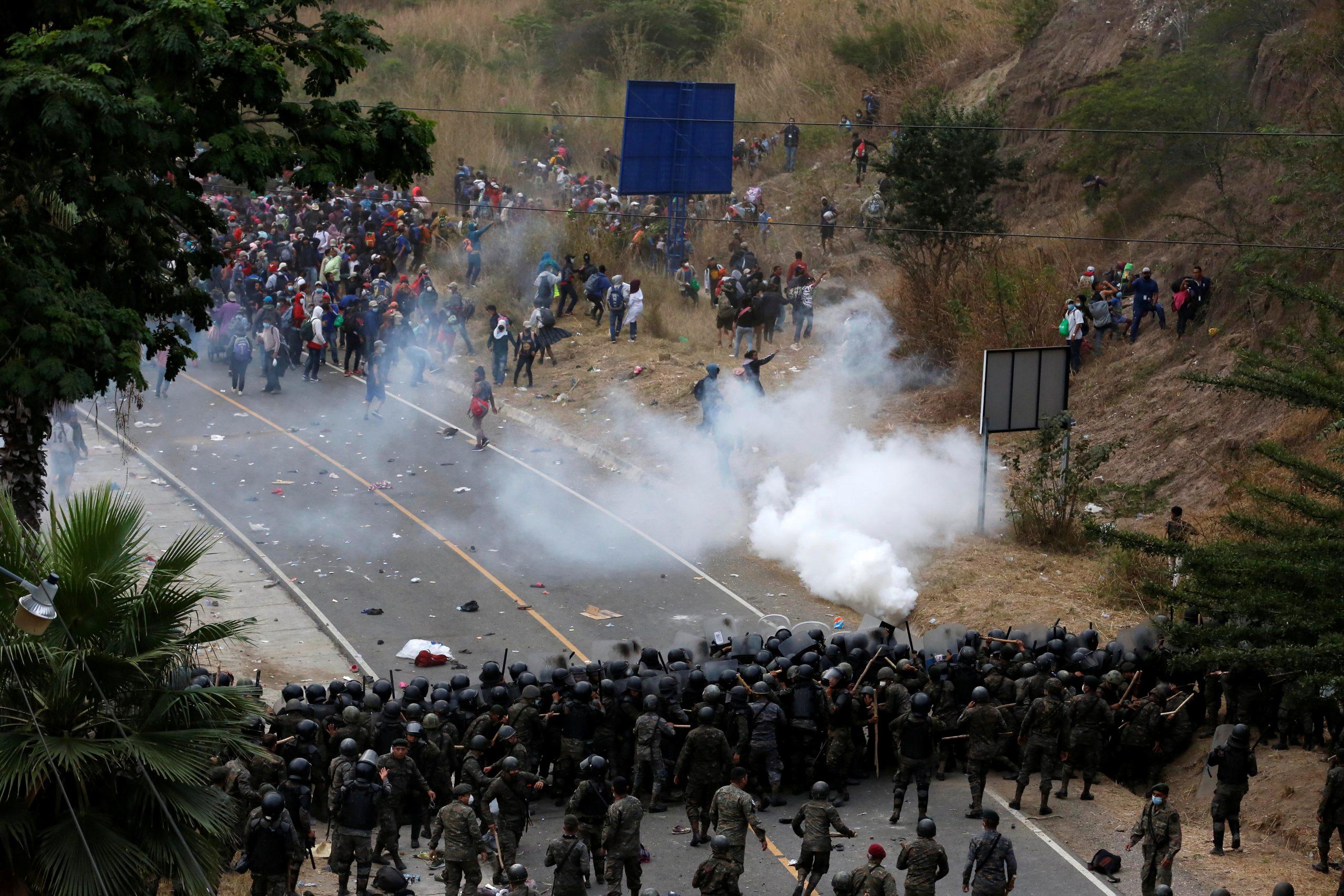 En imágenes: Guatemala frena con violencia a caravana migrante de Honduras