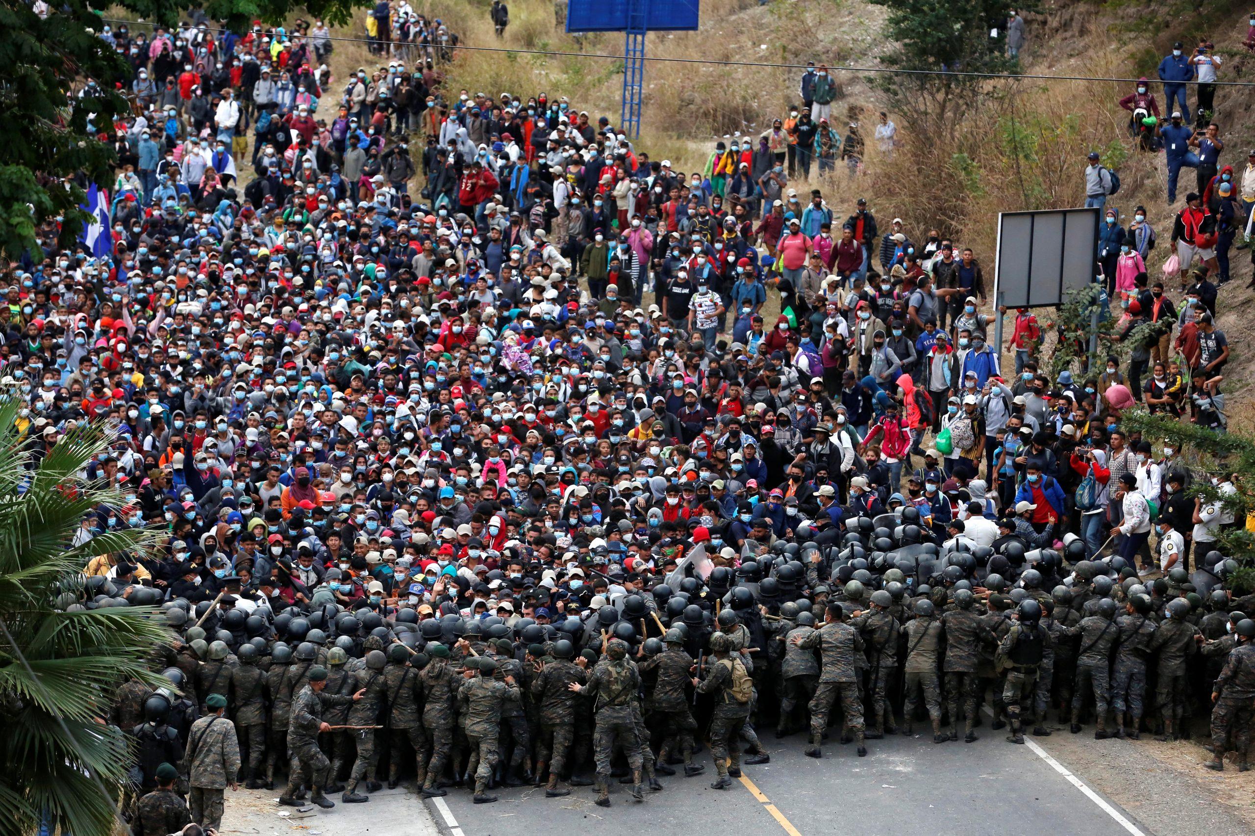Guatemala frena con violencia a caravana migrante de Honduras