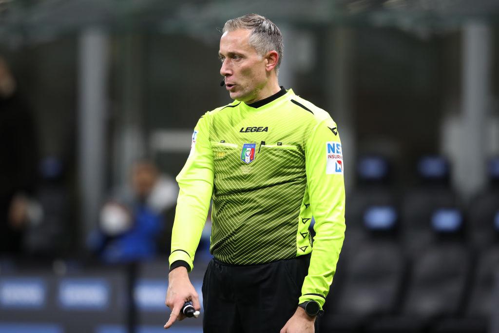 ¡Insólito! El árbitro central se lesionó y salió de cambio en el derbi de Milán