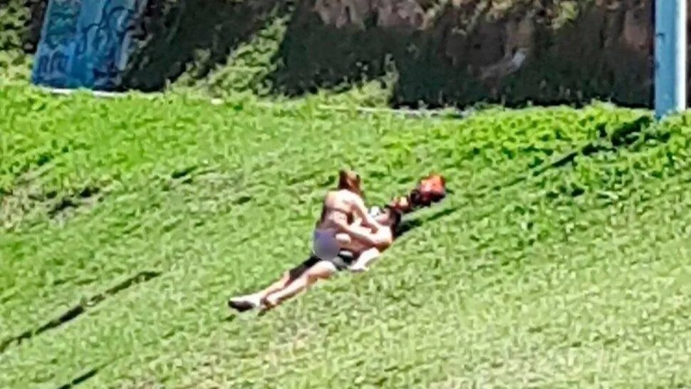 Cachan a una pareja haciendo 'el delicioso'... en pleno parque