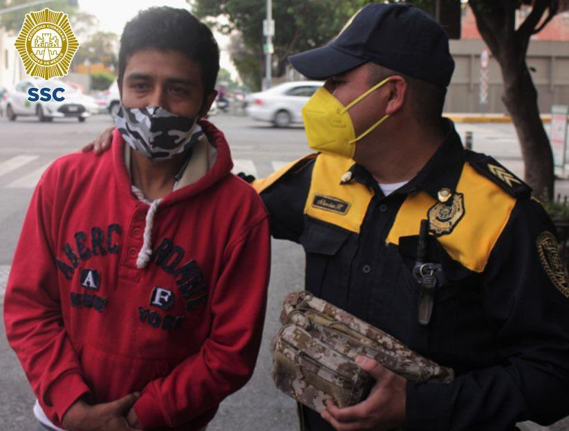 Policía de CDMX devuelve una mochila con 30 mil pesos que usarían para comprar oxígeno