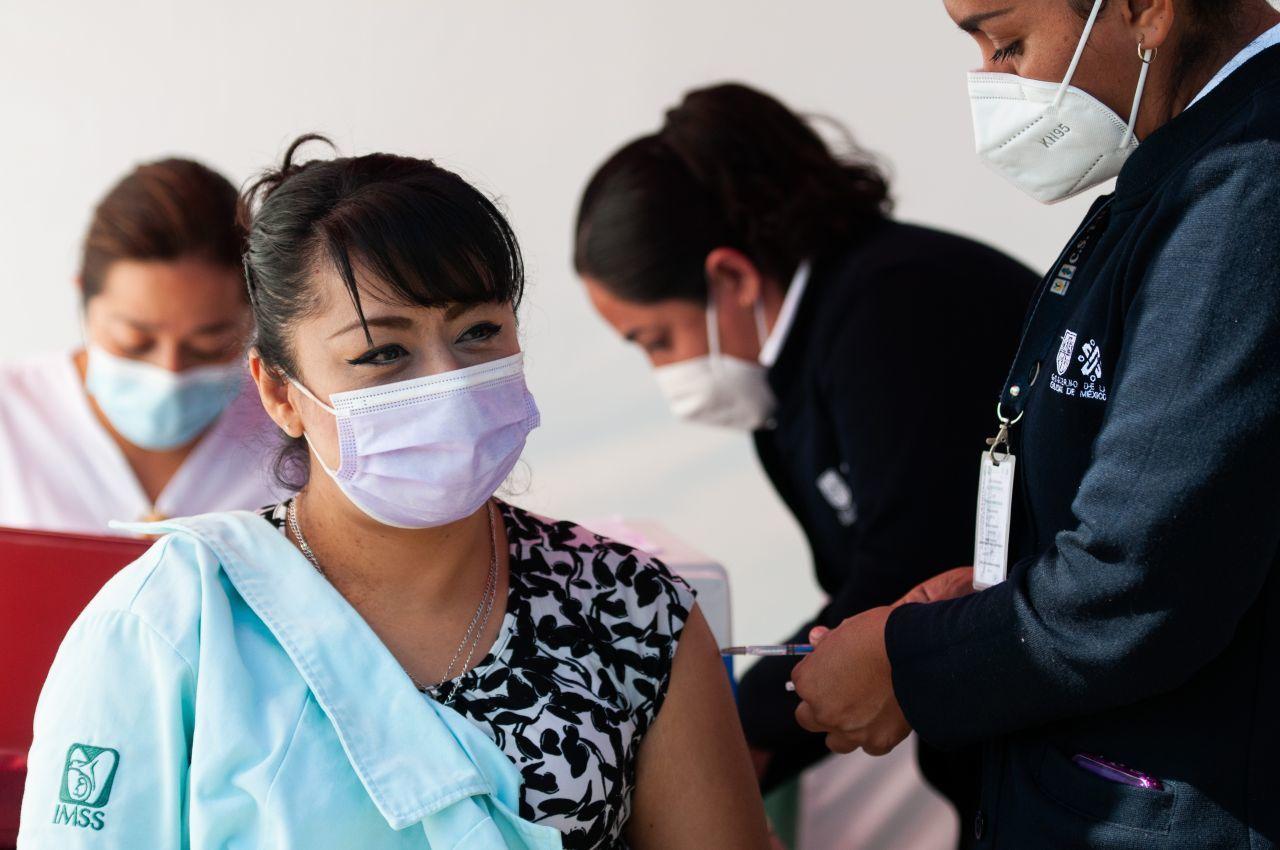 Dice el IMSS que la doctora que acusó gandallismo en vacunas no atiende COVID