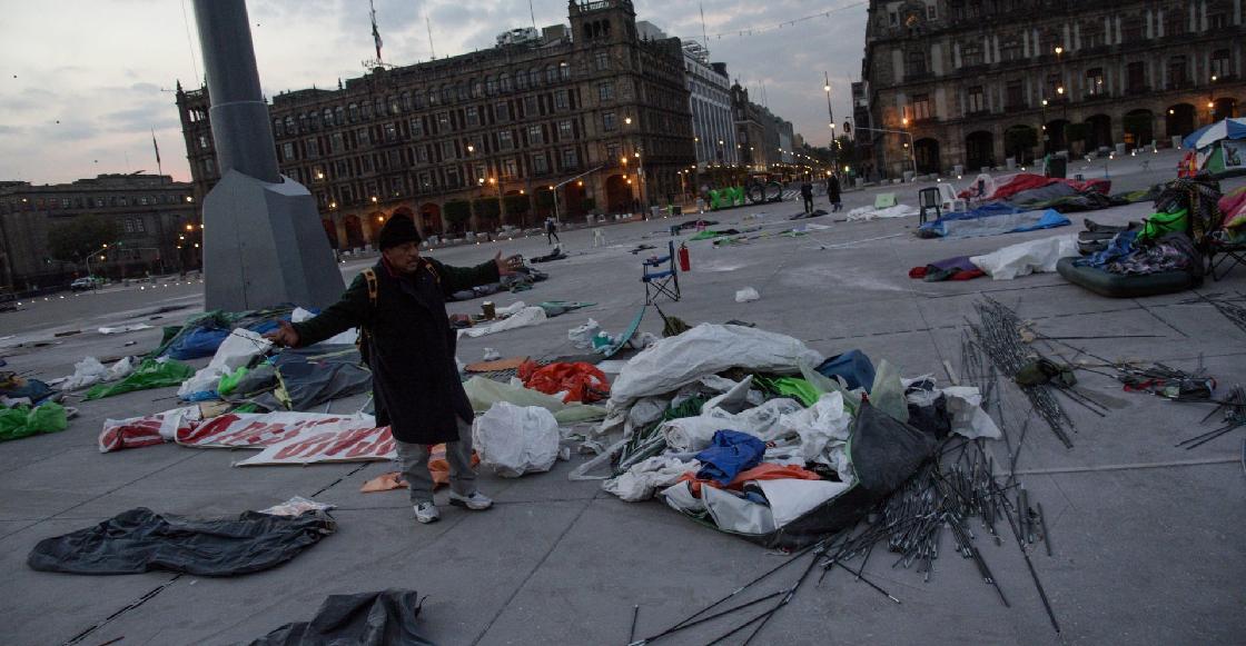 """Retiran 150 casas de campaña """"vacías"""" de opositores a AMLO en el Zócalo"""