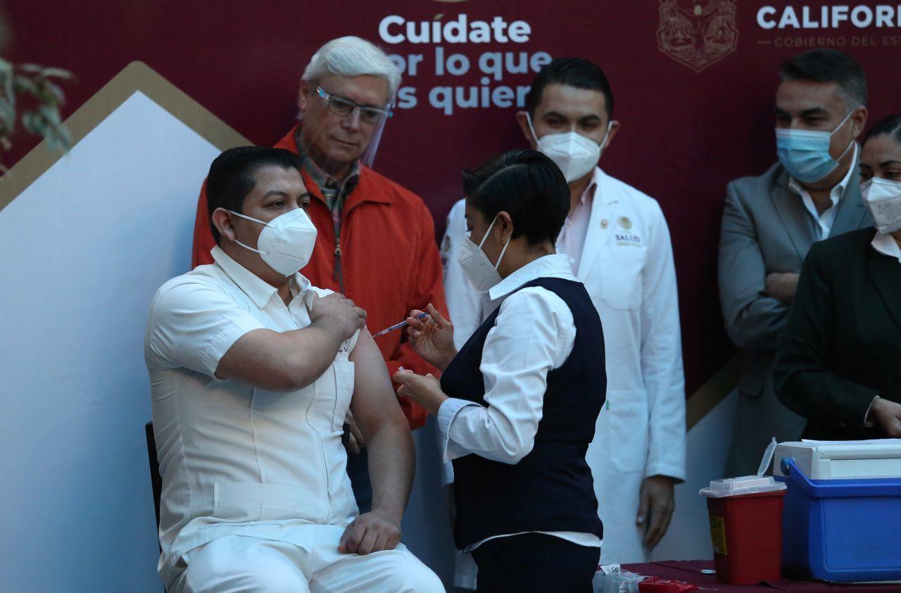 """Senador de Morena propone cárcel para quien se """"salte la fila"""" de la vacuna contra COVID-19"""