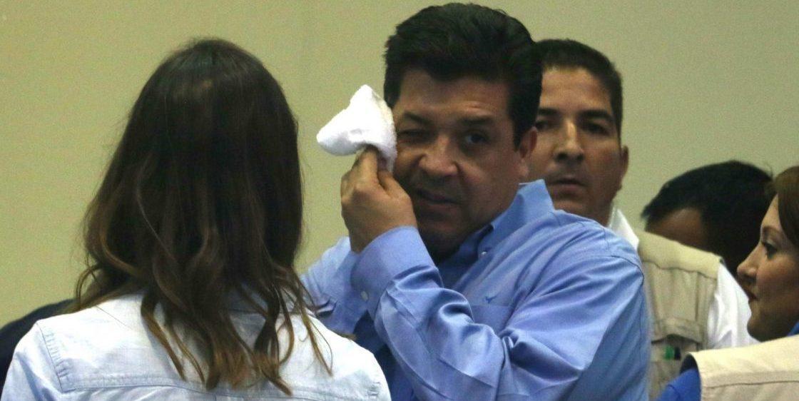 """Pues con la novedad de que, después de varios señalamientos que vinculan al gober de Tamaulipas, Francisco Cabeza de Vaca, con el crimen organizado, ayer ya se pasó de las palabras a la action. Más o menos: la FGR solicitó a legisladores que lo desafueren, para tratar de procesarlo. Luego de tan apantallante petición (falta ver que dicen en la Cámara de Diputados), el susodicho advirtió que se defenderá. Quizás esto previendo que será desaforado, ya que no hay que olvidar que San Lázaro es de mayoría morenista. Precisamente por esta razón, Cabeza de Vaca acusa que se está haciendo """"uso faccioso de la justicia"""". """"Se orquesta una embestida política. Esperaré a ser notificado para tener detalles y fijar mi posición. Nunca he violado la ley. Me defenderé ante cualquier atropello"""", señaló Francisco Cabeza de Vaca en un breve mensaje difundido en sus redes sociales. Ayer por la tarde, el coordinador de la bancada de Morena en el Congreso, Ignacio Mier Velazco, informó que fue recibida la solicitud para iniciar el proceso de desafuero en contra del gobernador de Tamaulipas. De acuerdo con el documento que llegó a San Lázaro, Cabeza de Vaca es acusado de la probable comisión de los delitos de operación con recursos de procedencia ilícita, defraudación fiscal equiparada y, además, delincuencia organizada. Según se indica en la solicitud de la Fiscalía General de la República (FGR), ésta será ratificada hoy al mediodía. Se la resumieron bien a Cabeza de Vaca (sin albur), ya que en su haber tiene un amplio catálogo de acusaciones en las que salen embarrados miembros de su familia. Además de los delitos mencionados anteriormente, se le ha señalado de enriquecimiento ilícito, fraude, huachicoleo y hasta manejar un pequeño """"cartel financiero"""" conocido en Tamaulipas como el Cartel de las Tres Cabezas, ya que lo conforman él y dos de sus hermanos."""