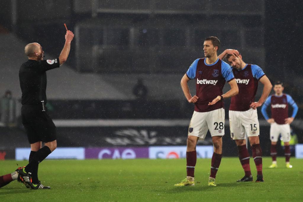 Mike Dean expulsa a jugador del West Ham