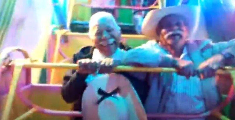 Pura diversión: Abuelitos se suben a juego mecánico y su reacción se vuelve viral