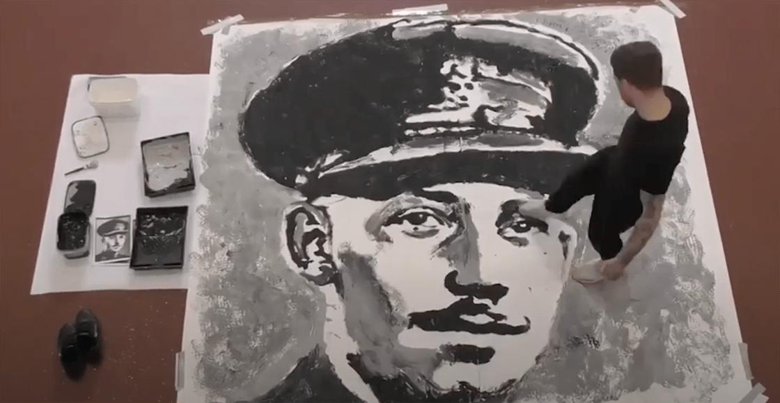 Artista rinde homenaje al Capitán Tom Moore pintándolo con los pies