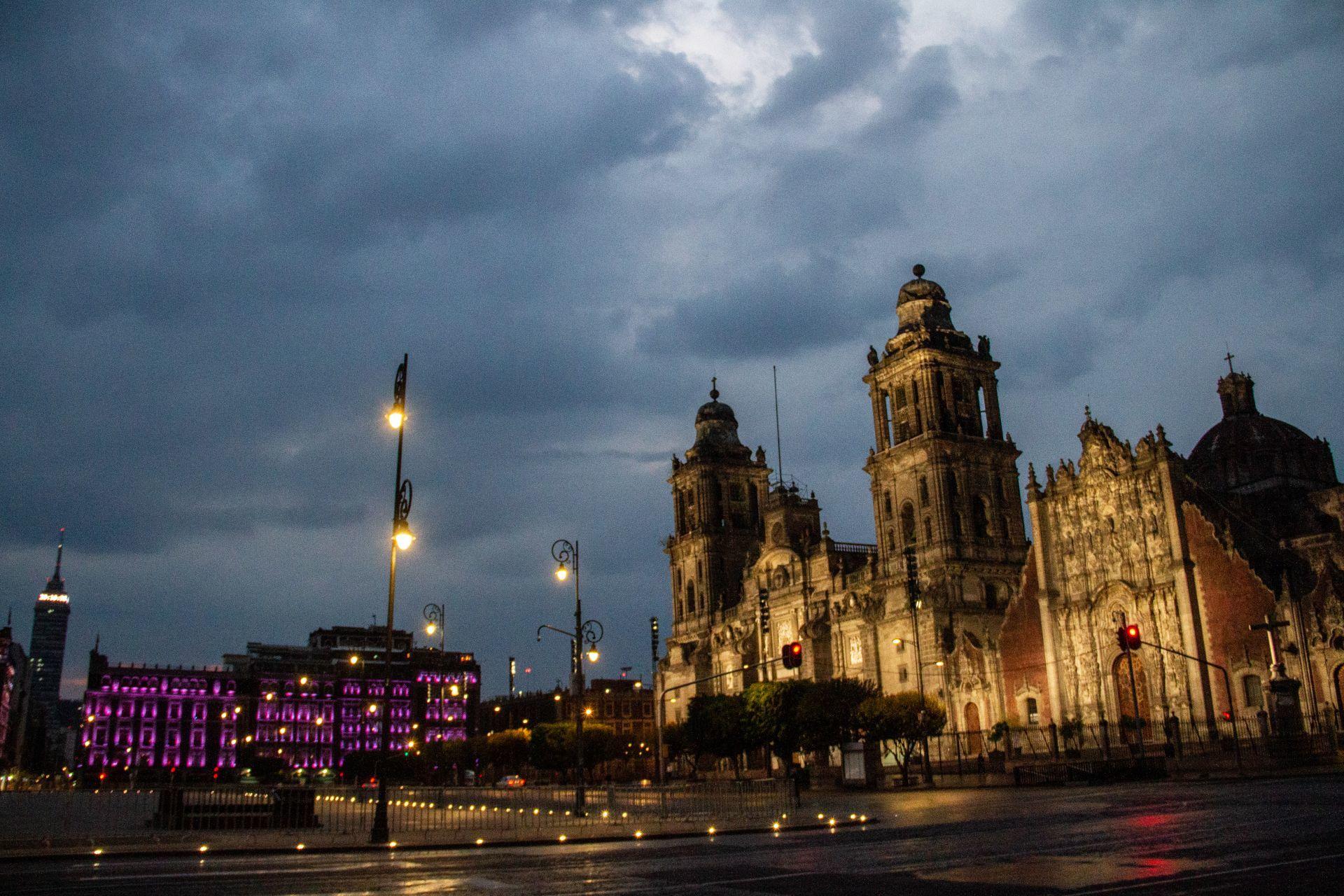 CIUDAD DE MÉXICO, 08MAYO2020.- Lluvias menores se registraron esta tarde en la zona Centro de la Ciudad. En la imagen, aspecto del Zócalo Capitalino.