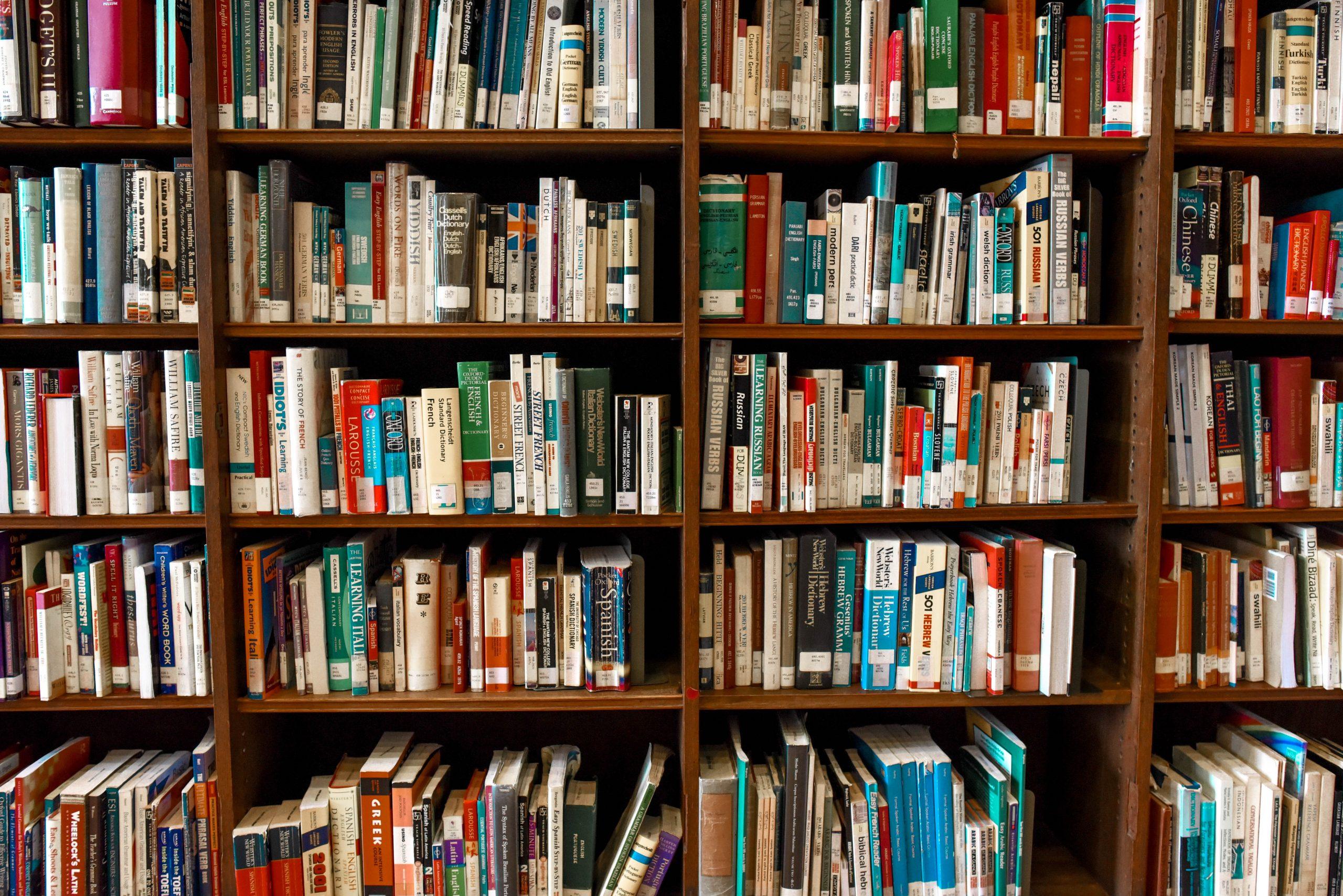 Venta de libros aumenta en el Reino Unido... para tenerlos como fondo de Zoom