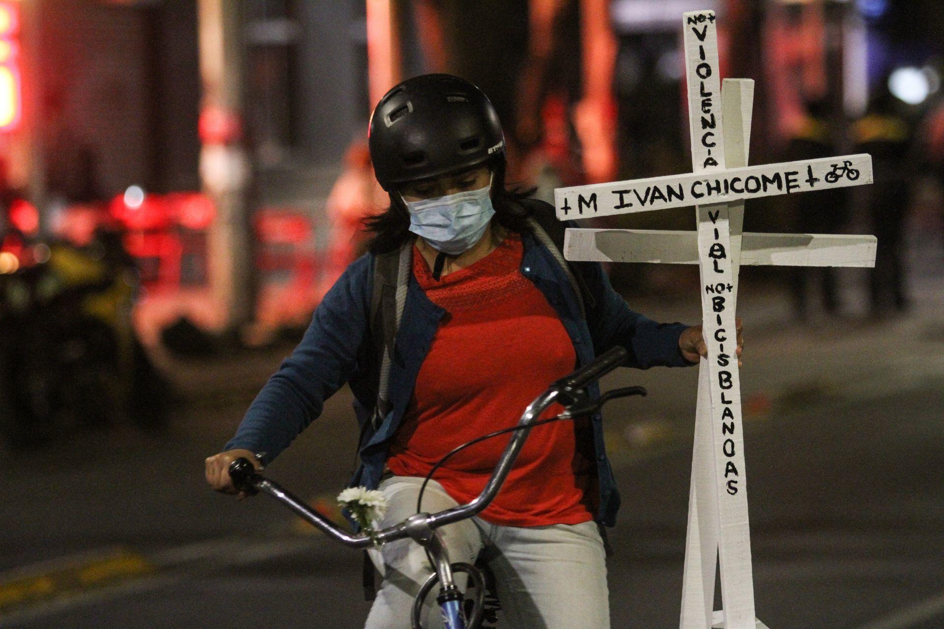 Ciclistas colocan antimonumento frente a la Semovi en memoria de compañeros atropellados