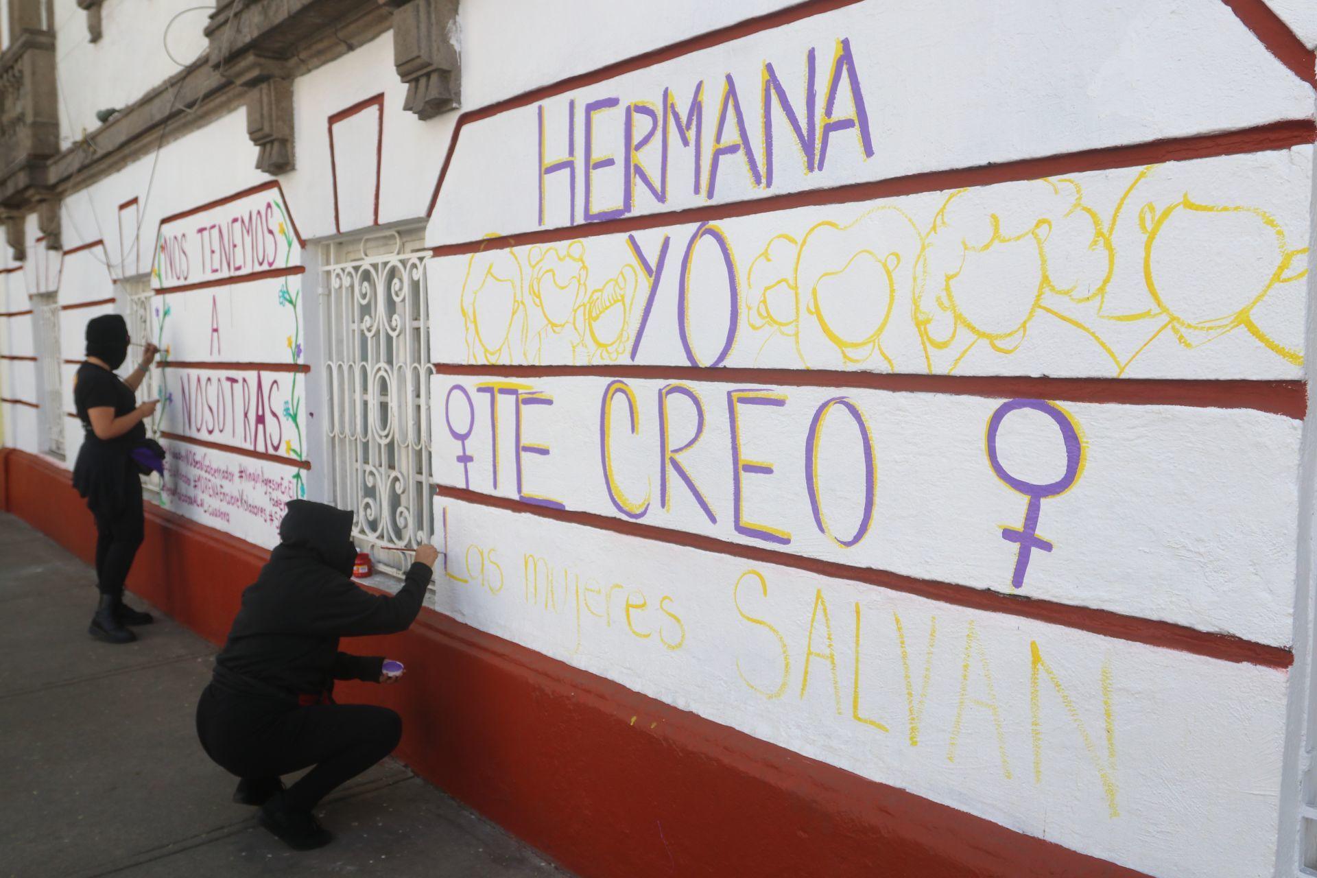 CIUDAD DE MÉXICO, 13FEBRERO2022.- Integrantes de colectivas feministas protestaron afuera de la CEN de Morena en contra del candidato a gobernador de Guerrero, Félix Salgado Macedonio, quién es señalado por cinco casos de abuso y violencia hacia las mujeres en este estado. Durante la protesta las mujeres cerraron con cadena la puerta de las instalaciones, cerraron la vialidad en la calles de Monterrey y Chihuahua, colonia Roma Norte y permanecen en plantón con el propósito de mantenerse hasta mañana.
