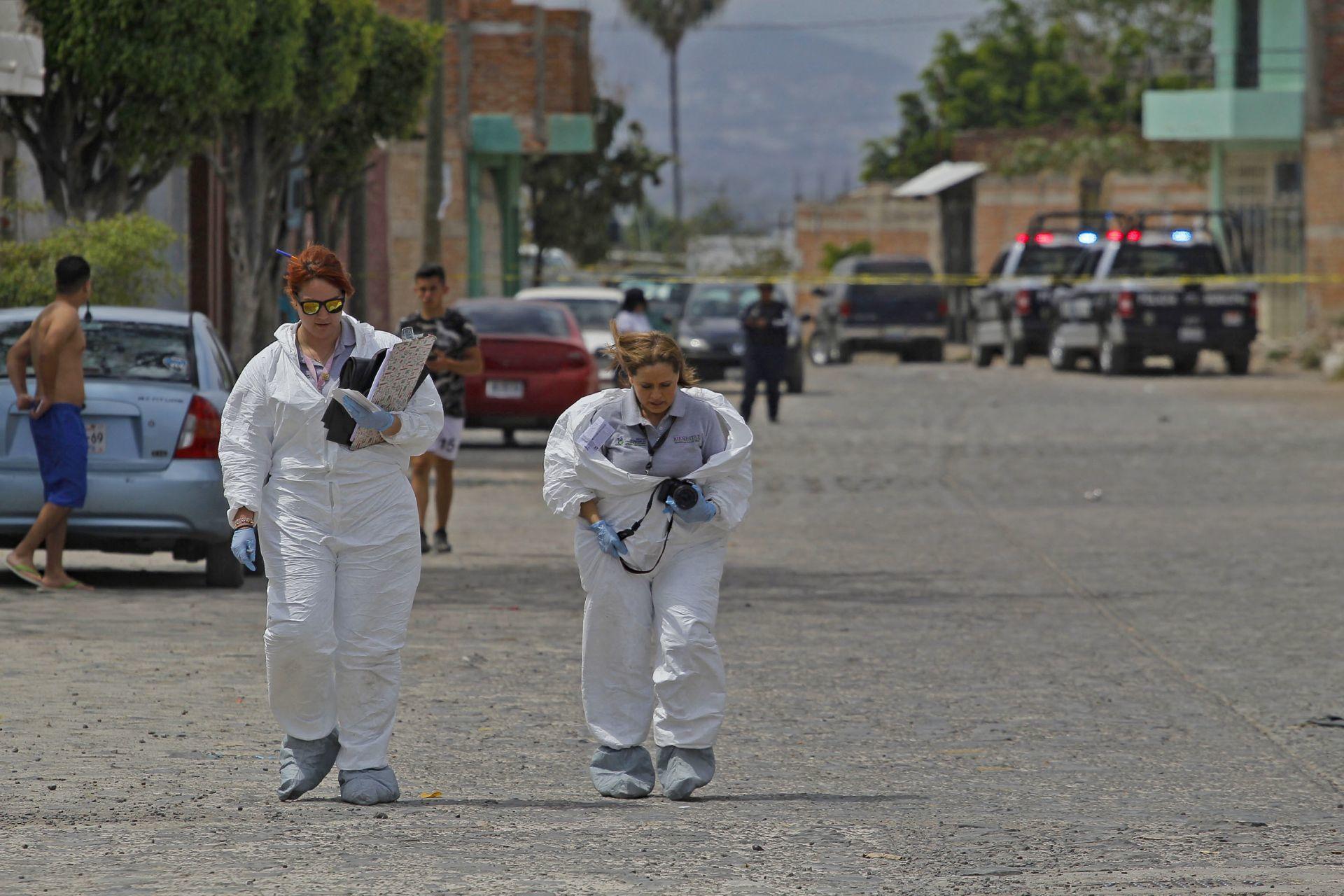 TLAQUEPAQUE, JALISCO, 06MARZO2020.- Un saldo de 9 personas muertas dejo el enfrentamiento entre personal de la Fiscalía General del Estado (FGE) y civiles armados que tenían privadas de la libertad a varias personas, los hechos se suscitaron en la calle Papaya casi esquina con la calle Guayaba en la colonia las Huertas, entre los fallecidos se encuentran un agente del ministerio publico y un coordinador ambos de la unidad de Investigación y Robo de Vehículos de la Fiscalía así como un civil que no pudo salir del fuego cruzado, las 6 personas restantes son los presunto delincuentes.