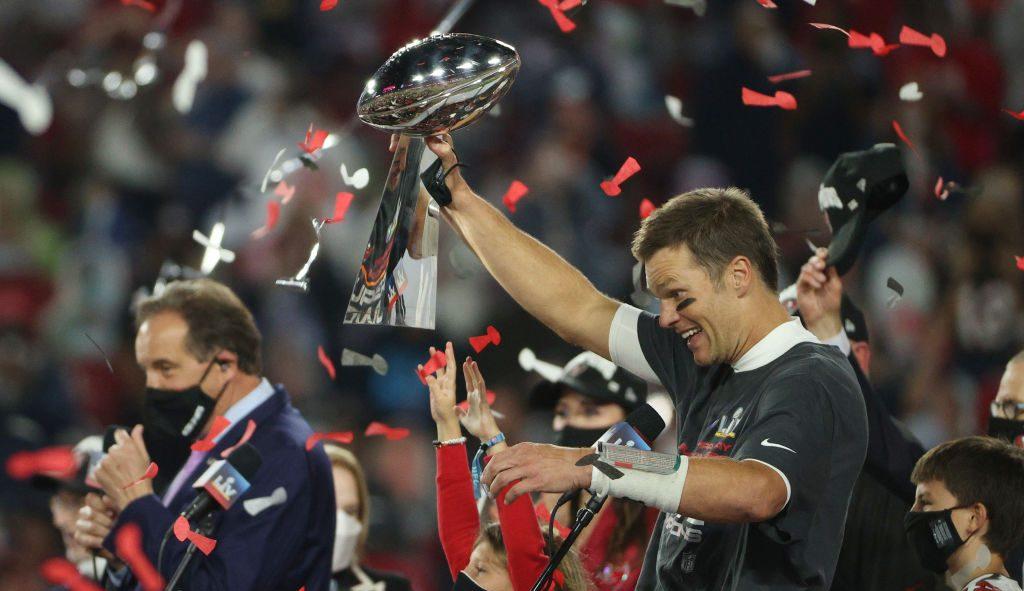 ¡Ups! Exigen que Tom Brady se disculpe por lanzar el trofeo Vince Lombardi
