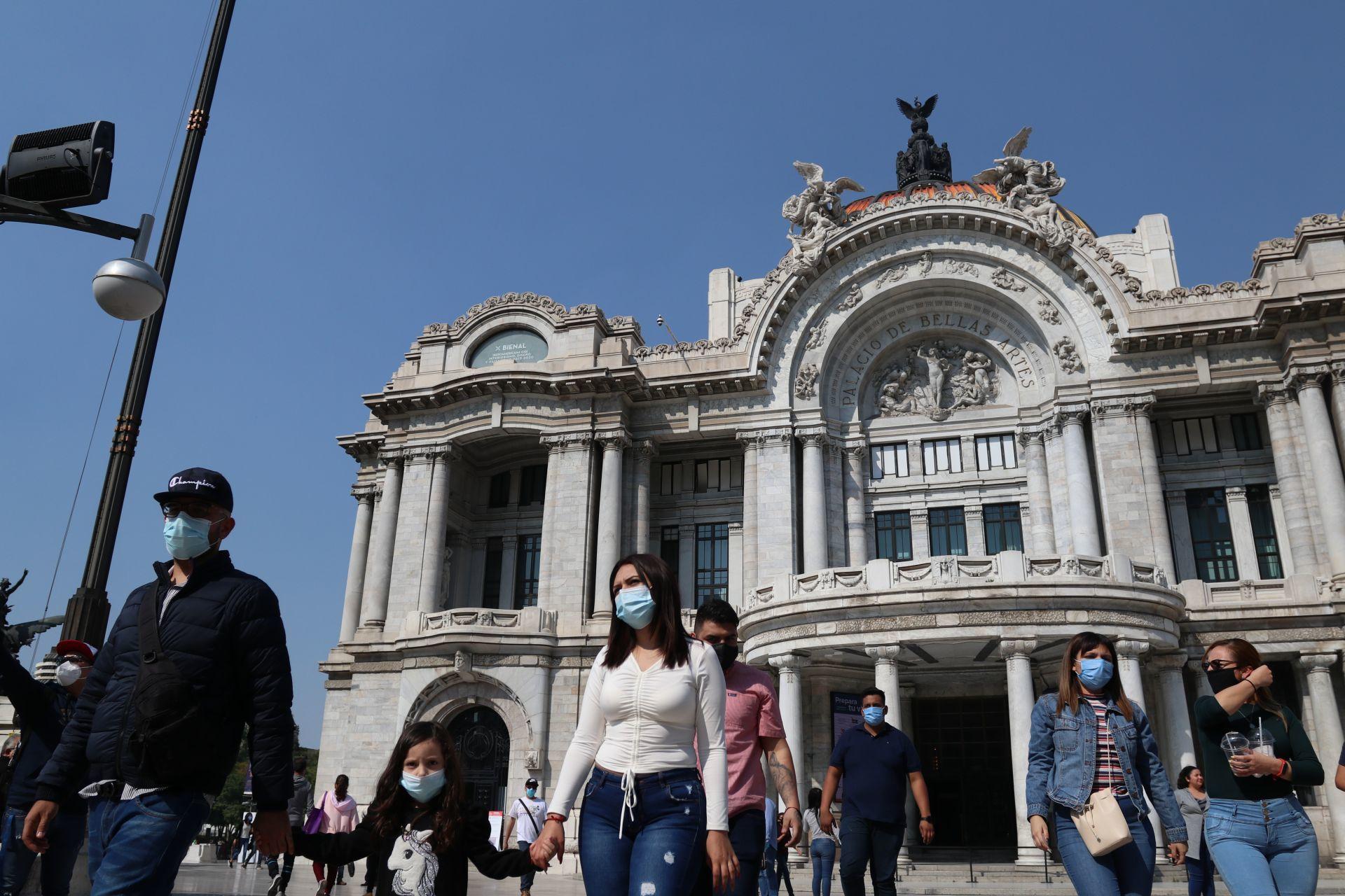 CIUDAD DE MÉXICO, 14NOVIEMBRE2020.- El Gobierno de la capital anunció el recorte de horarios en museos y teatros ante el incremento de hospitalizaciones por Covid-19 que se han registrado durante la última semana. En la imagen, traseuntes frente al Palacio de Bellas Artes.