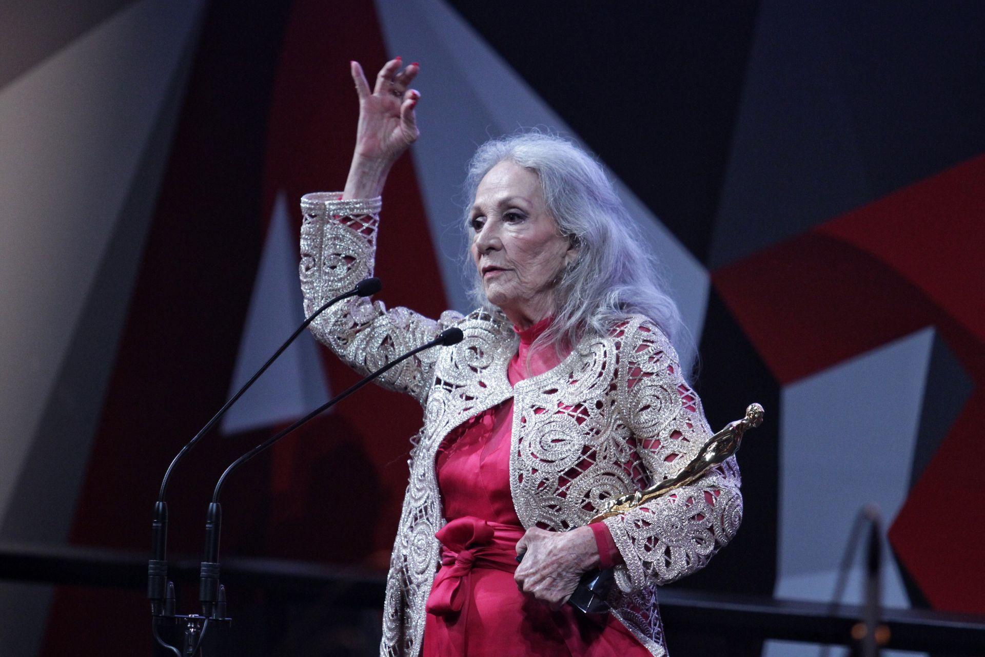 CIUDAD DE MÉXICO, 11JULIO2017.- Isela Vega ganó el Ariel de Oro, durante la Ceremonia de la 59 Entrega del Ariel, en el Palacio de Bellas Artes.