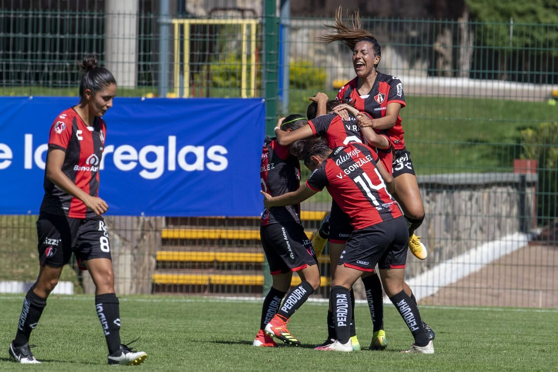 ¡No decepcionaron! Feria de goles (y errores) en el Clásico Tapatío Femenil