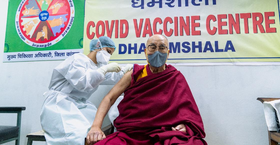 El Dalai Lama pide vacunarse contra el coronavirus tras recibir la primera dosis