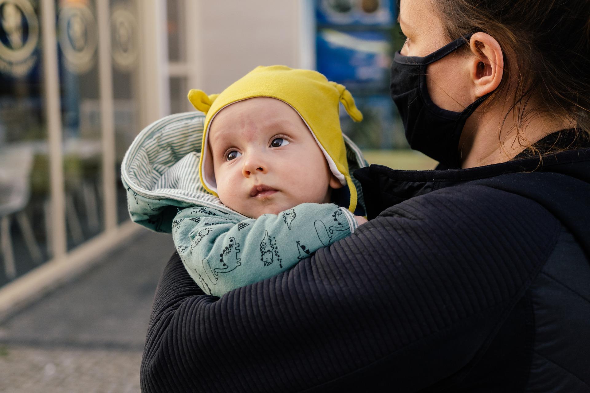 Hombre carga a su mamá para llevarla a vacunar y conmueve al internet