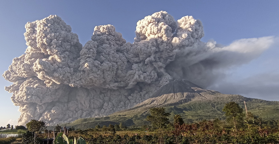 indonesia-volcan-columna