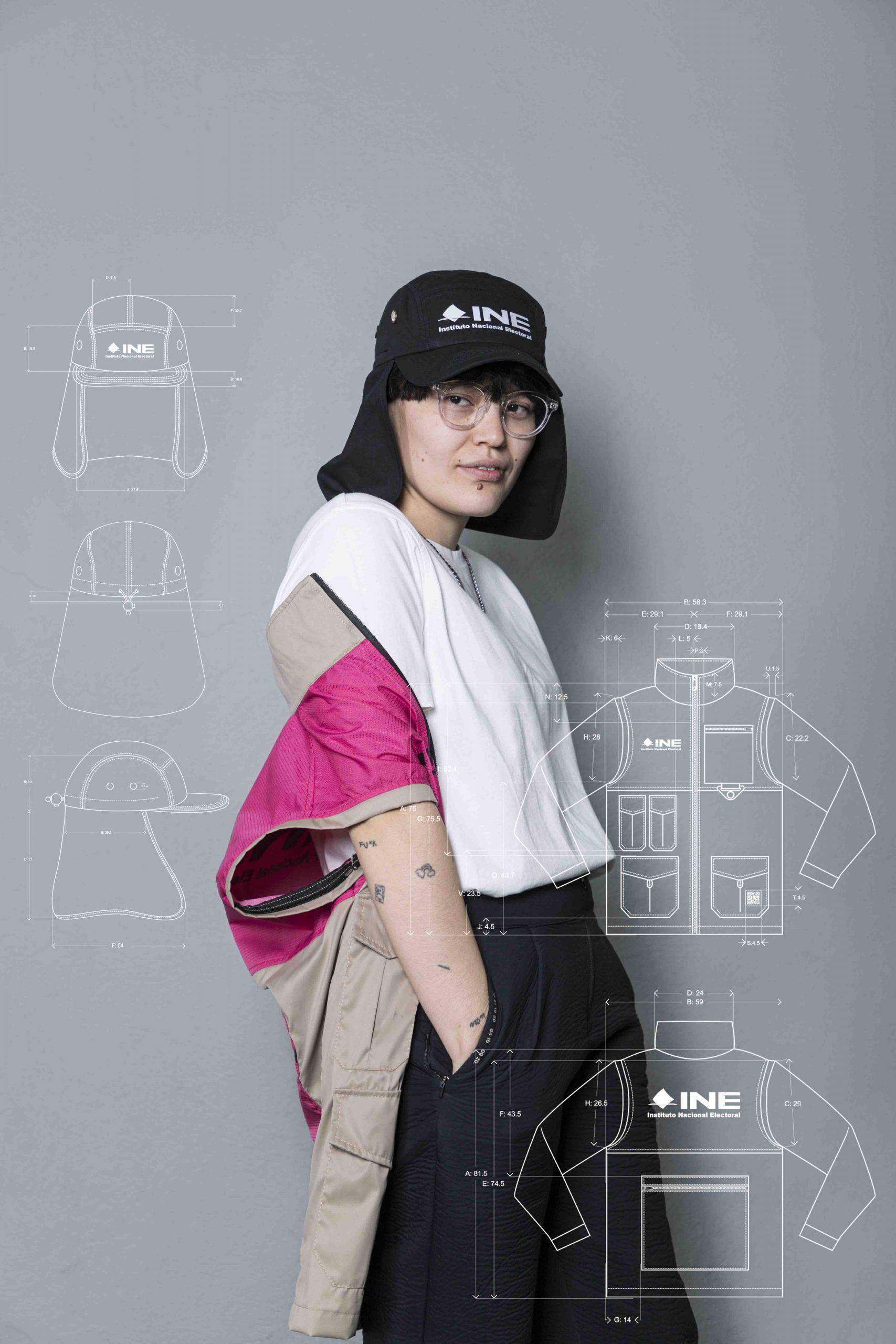 Cinthya Bfl modelando el uniforme del INE 2021